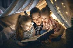 Mamã e livro de leitura das crianças fotos de stock