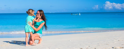 Mamã e menina novas durante férias de verão Imagens de Stock Royalty Free