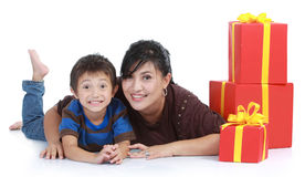 Mamã e miúdo com uma pilha de presente. Imagens de Stock Royalty Free