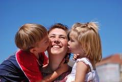 Mamã e miúdos felizes Fotos de Stock Royalty Free