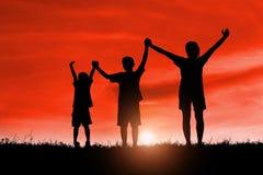 A mamã e o filho que têm o divertimento no por do sol, família uma estadia feliz, criança asiática, mostram em silhueta uma crian foto de stock royalty free