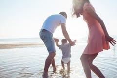A mamã e o paizinho ensinam o bebê andar fotografia de stock royalty free