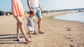A mamã e o paizinho ensinam o bebê andar imagens de stock royalty free