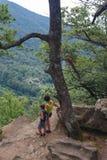 A mamã e os turistas pequenos do filho estão olhando da montanha alta para ver abaixo Fotos de Stock