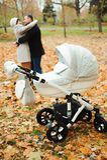 Mamã e paizinho que abraçam no parque do outono fotos de stock