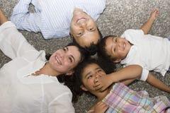 Mamã e paizinho que andam com suas crianças Imagem de Stock Royalty Free