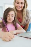 Mamã e sua coloração da filha Imagens de Stock