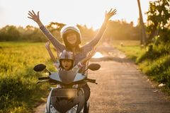 A mamã e sua criança apreciam montar o 'trotinette' da motocicleta fotos de stock