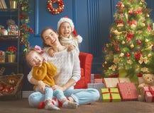 Mamã e suas filhas bonitos fotografia de stock