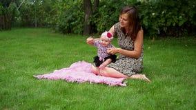 A mamã ensina seu bebê andar video estoque