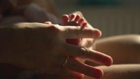 A mamã entrega a massagem do pé o bebê recém-nascido video estoque