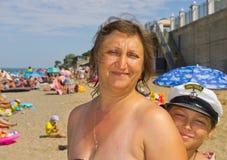 A mamã está descansando com seu filho Imagens de Stock Royalty Free