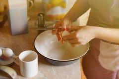 A mamã está quebrando o ovo O processo de cozimento Fotografia de Stock
