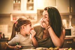 A mamã faz-me que ri Menina que passa o tempo com mãe foto de stock royalty free