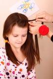 A mamã faz o cabelo Foto de Stock