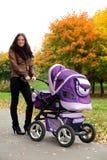 Mamã feliz com pram Fotografia de Stock Royalty Free