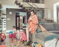 Mamã grávida dos jovens e sua filha pequena em casa fotografia de stock
