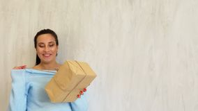 A mamã grávida está pela árvore de Natal com presentes do White Christmas vídeos de arquivo