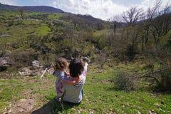 A mamã indica a filha na paisagem bonita foto de stock royalty free
