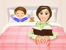 A mamã lê a história à criança Imagens de Stock Royalty Free