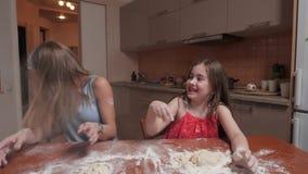 A mamã limpa sua cara da farinha vídeos de arquivo