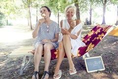 Mamã moderna e filha nova que comem o gelado Imagem de Stock Royalty Free