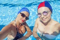 A mamã moderna e a filha nova tomam um selfie Fotografia de Stock Royalty Free