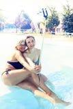 A mamã moderna e a filha nova tomam um selfie Imagem de Stock