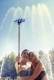 A mamã moderna e a filha nova tomam um selfie Imagem de Stock Royalty Free