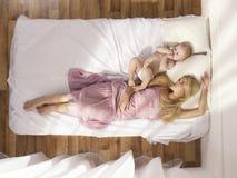 Mamã nova bonita com bebê despido Fotografia de Stock