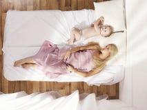 Mamã nova bonita com bebê despido Imagem de Stock Royalty Free