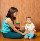A mamã põr o bebê sobre potty imagens de stock royalty free