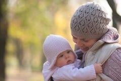 Mamã que abraça o bebê fora Imagens de Stock