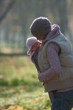 Mamã que abraça o bebê fora Imagens de Stock Royalty Free