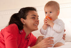 Mamã que admira seu bebê Fotografia de Stock Royalty Free