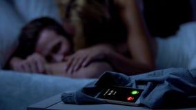 Mamã que chama, senhora que beija o homem sonolento no fundo, chamada de falta, superproteção imagem de stock royalty free