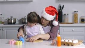 A mamã que ensina necessidades especiais caçoa para desenrolar a massa vídeos de arquivo