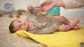 Mamã que joga com bebê encantador, fazendo massagens a barriga e agradando, tempo precioso filme