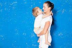 Mamã que joga com filho novo em uma sala Fotos de Stock