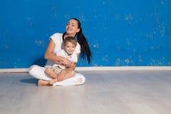Mamã que joga com filho novo em uma sala Imagem de Stock Royalty Free