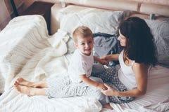 Mamã que relaxa com seu filho pequeno Imagem de Stock