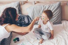 Mamã que relaxa com seu filho pequeno Imagens de Stock