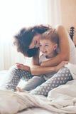 Mamã que relaxa com seu filho pequeno Foto de Stock