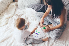 Mamã que relaxa com seu filho pequeno Foto de Stock Royalty Free