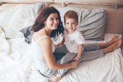 Mamã que relaxa com seu filho pequeno Fotografia de Stock Royalty Free