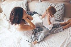 Mamã que relaxa com seu filho pequeno Fotografia de Stock