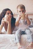 Mamã que relaxa com seu filho pequeno Fotos de Stock