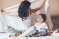 Mamã que relaxa com seu filho pequeno Imagens de Stock Royalty Free