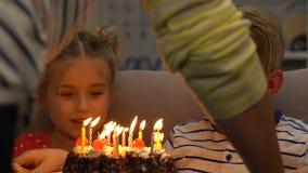 Mamã que traz o bolo com velas às crianças, celebração do aniversário, partido em casa vídeos de arquivo