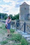 A mamã vestiu-se acima com uma filha pequena nas paredes da fortaleza de Akerman imagens de stock royalty free